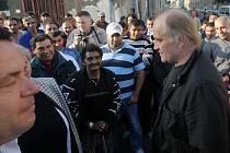 Skoro tři sta Romů vyšlo na Husovu ulici v Přerově vyjádřit klidný protest proti sobotnímu předvolebnímu mítinku Dělnické strany.  Přijel i ministr pro lidská práva Michael Kocáb, který koncertoval v nedaleké Olomouci na pivním festivalu.
