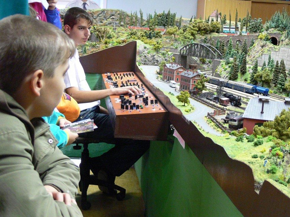 Jedno z největších kolejišť v České republice bylo k vidění na výstavě, kterou uspořádali železniční modeláři z Přerova.