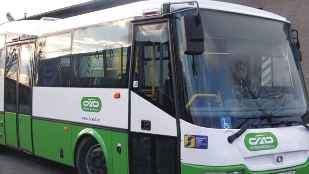 Autobus může přepravit až 26 sedících a 55 stojících osob. K nástupu a výstupu slouží troje dveře.