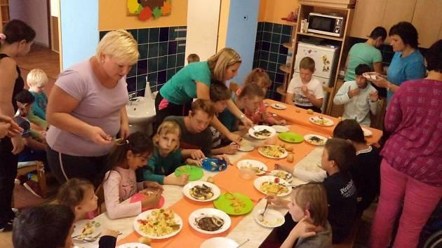 Základní a mateřská škola Dětské centrum Hranice na Struhlovsku v Hranicích vzdělává handicapované děti. Dopřává jim canisterapii, vodní radovánky či různorodé kulturní akce