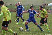 Fotbalisté Všechovice (v modrém) proti Rapotínu