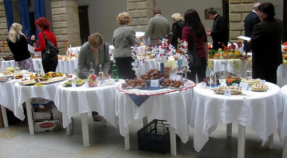 Letos pořadatelé klasické soutěžní menu rozšířili a nazvali akci Dobroty z domova i Evropy 2009. Jako nikdy předtím nechyběla ani tentokrát ochutnávka a hodnocení vzorků slivovice.
