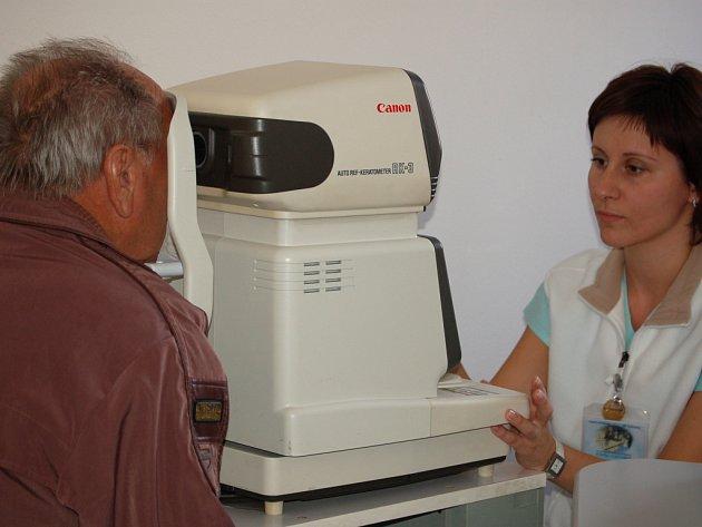 Lidé projevili velký zájem o vyšetření zraku v oční ambulanci.