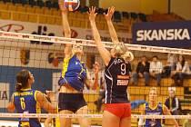 Blokařka VK Prostějov Eva Ryšavá útočí přes blok brněnské Terezy Fiedlerové v úterním pohárovém duelu moravských rivalů.