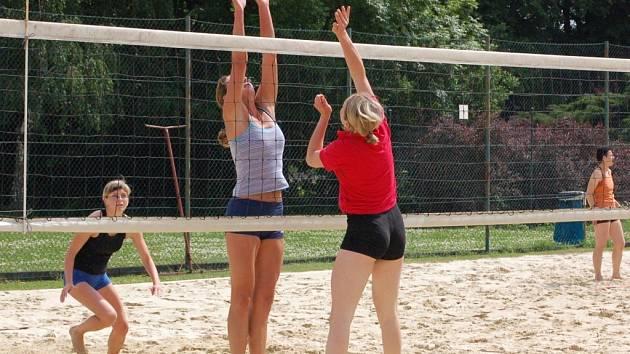 Turnaje žen se zúčastnilo pouze devět dvojic.