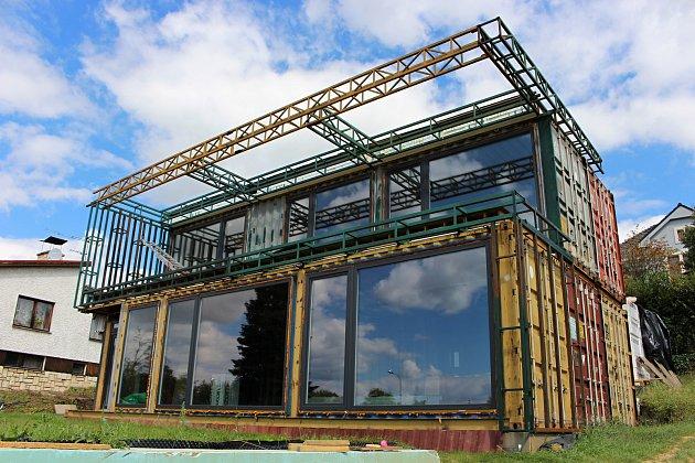 Dům zlodních kontejnerů, který vHranicích staví Marek Popálený. Září 2020