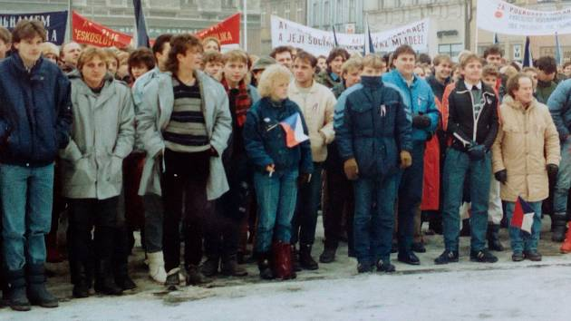 Na demonstrace na Gottwaldovo náměstí v Hranicích chodilo i přes velmi nízké teploty davy lidí