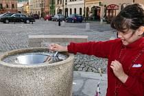 Kašna na náměstí je stále bez vody, osvěžení nabízí v centru Hranic jen pítko.
