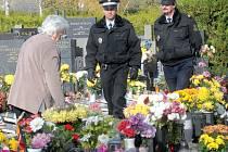 Nazdobené hroby v době Dušiček lákají zloděje. Policie bude v pohotovosti.