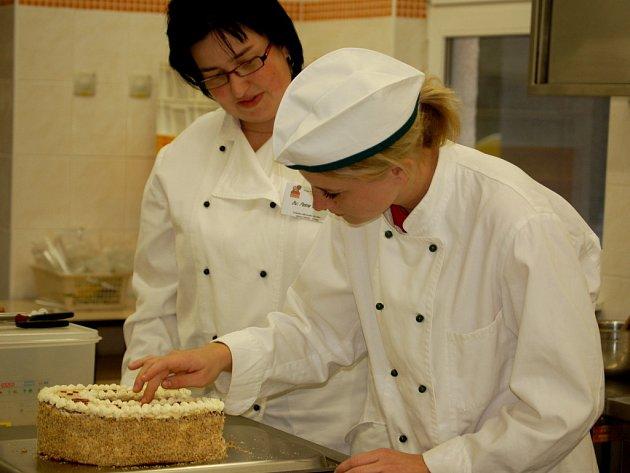 Ze soutěže si v kategorii cukrář odvezla třetí místo mistrová Petra Vránová a žákyně třetího ročníku Andrea Gonosová (obě na snímku).