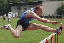 Radek Masař si ve Frýdku – Místku běží pro vítězství v závodě na 110 metrů překážek.