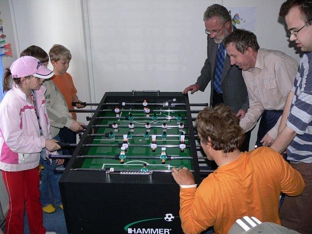 Jednu hru si s dětmi a klienty stacionáře Archa zahrál i hranický starosta Miroslav Wildner