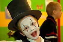 Předávání pololetního vysvědčení v Drahotuších v karnevalovém duchu