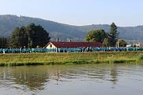Více než tři tisíce lidí spojilo v pátek 7. září v Hranicích své ruce za účelem vytvoření nového zápisu do České knihy rekordů. Foto:  Filip Mátl