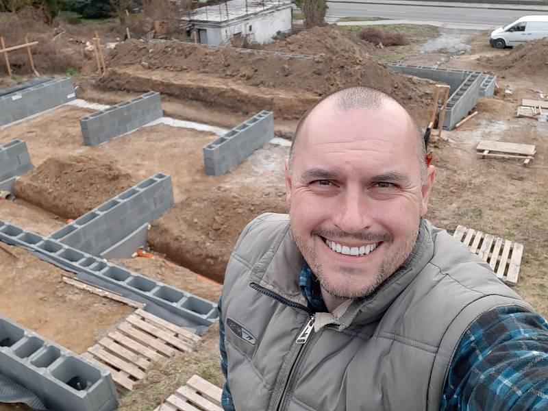 Letecký inženýr Marek Popálený z Olomouce začal se stavbou svého rodinného domu v Hranicích z lodních přepravních kontejnerů v dubnu 2020.