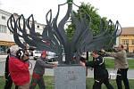 Osazování díla na kamenný sokl přihlížela na náměstí v Lipníku dcera Alfreda Habermanna Christine a práce sledoval také umělecký kovář Pavel Tasovský, v jehož dílně plastika vznikala.