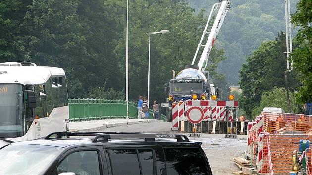 Silniční most do Teplic je od pondělního rána otevřen pouze chodcům.