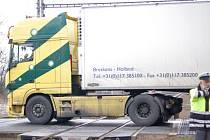 Kamion vjel v pondělí 9. února ráno na červenou do kolejiště na železničním přejezdu v Říkovicích u Přerova. Strojvedoucí ale včas zareagoval a k žádnému neštěstí nedošlo.