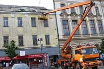 Tento týden museli dělníci provádět s pomocí výškové techniky částečné stavební úpravy fasády budovy, protože na kolemjdoucí padala omítka.
