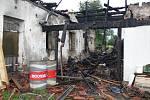 V Lipné u Potštátu hořel další dům. V sobotu 25. července dopoledne začali kriminalisté s vyšetřováním. Poškozený dům ještě na dvou místech doutnal.