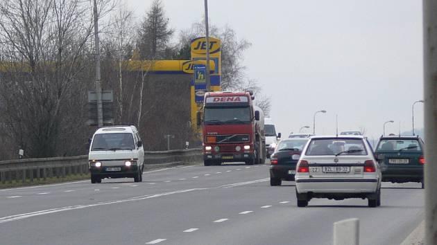 Jedním z největších zdrojů znečištění je silniční tah z Olomouce do Ostravy.