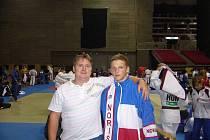 S trenérem Markem při rozcvičení před zápasem