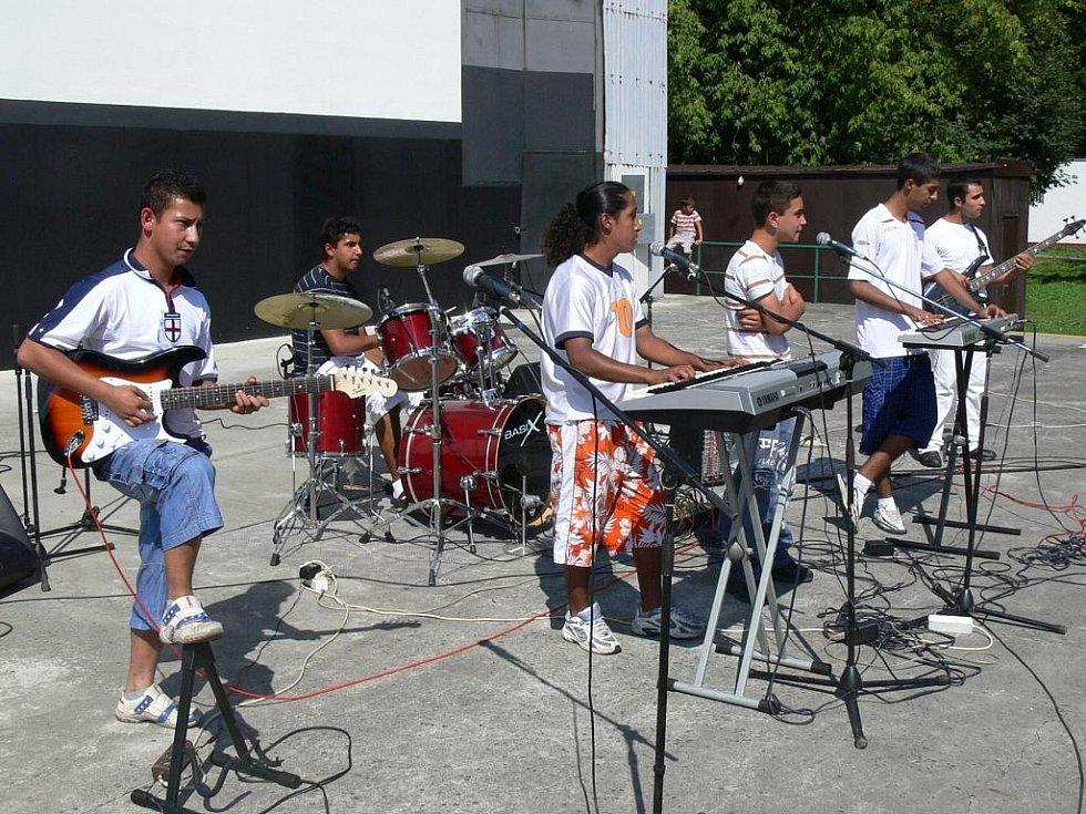 Hranický Dům dětí a mládeže uspořádal zábavné a kulturní odpoledne v prostorách hranického letního kina. Vystoupila zde hranická formace Street Boys.