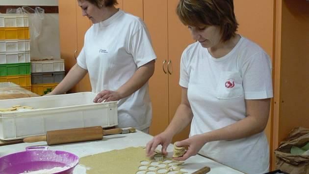 Plné ruce práce mají už v těchto dnech pekaři, dostávají totiž od svých zákazníků první objednávky na vánoční cukroví.