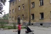 Ve zchátralé romské čtvrti ve Škodově ulici začne už příští týden demolice prvního z domů, který byl v havarijním stavu. Jeho obyvatelé se odstěhovali, včetně rodiny, která nedávno odcestovala k příbuzným do Anglie.