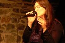 Katka Koščová zpívá, podobně jako její česká kolegyně Aneta Langerová, v klubech ráda.