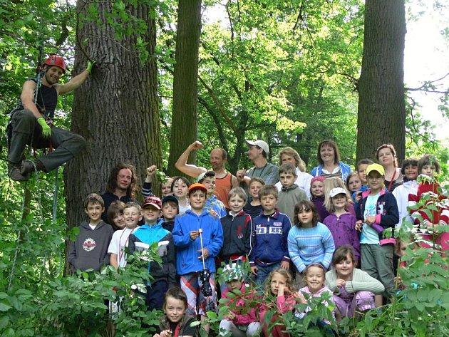 Alej ve Skaličce - vpéči stromolezců a pod dohledem dětí