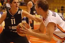 Ani velmi dobrý výkon Gorana Savanoviče (vpravo v souboji s Markem Doroninem) Orlům proti Rock Tartu nepomohl.