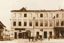 Levý rohový dům je Pernštejnský dům. Takto vyhlížel v prvních desetiletích dvacátého století.