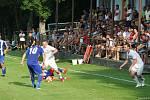 Fotbalisté SK Hranice (v modrém) přehráli v derby domácí Všechovice 4:0.