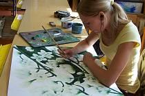 Žákyně Základní umělecké školy v Hranicích Kateřina Knopová maluje květiny ze zahrady Vladimíra Juračky.