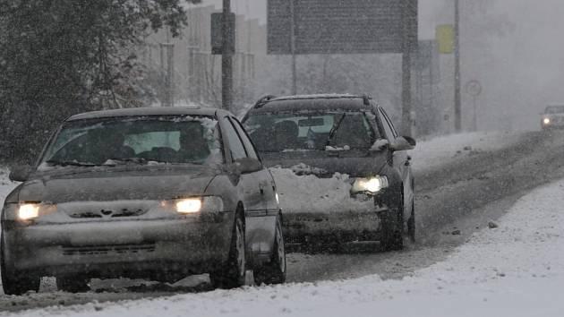 Sněhový příval zasypal v neděli po poledni silnice.
