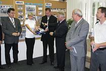 Při slavnostním otevření výstavy pokřtil hejtman Olomouckéo kraje Ivan Kosatík almanach mapující osmdesát let hokeje v Přerově.