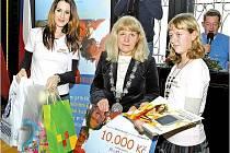 Marie Dohnalová převzala cenu za Dětský čin roku od modelky Lucie Váchové