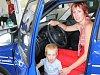 Lenka Lasovská zPolkovic na Přerovsku si společně se svým tříletým synem Šimonem vyzkoušeli, jak se jim bude jezdit v novém voze.