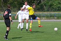 Fotbalisté SK Hranice (v bílém) porazili Kravaře zaslouženě.