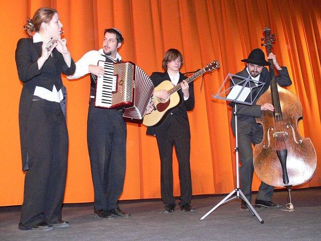 étající rabín zahrál před premiérou několik svých písniček přímo před promítacím plátnem.