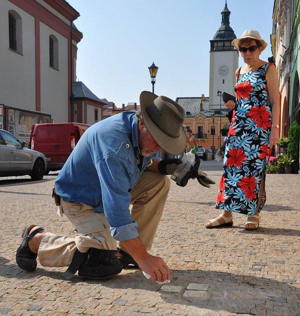 Historicky první tři Stolpersteine, nebo-li Kameny zmizelých, uložil Gunter Demnig pod dohledem iniciátorky Hany Horynové. Stalo se tak ve středu 5.srpna na Masarykově náměstí před domem číslo 5.