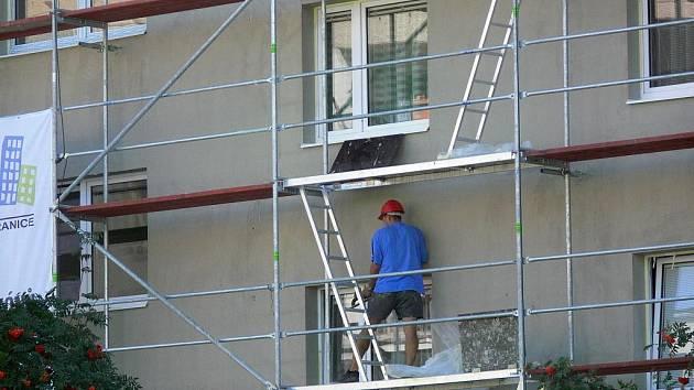 Dělníci se prochází kolem oken domu někdy i v půl páté ráno.