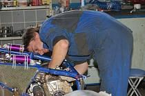 Sezona 2009 se Hanákovi příliš nevydařila. Neobhájil titul a skončil druhý. Měl dost problémů s technikou, a tak místo oslav musí pracovat na autě.