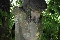Poničená boží muka mezi obcemi Radkova Lhota a Žákovice