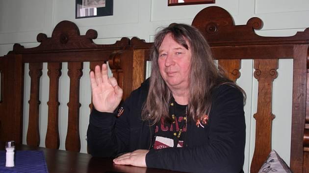Václav Vlasák, baskytarista skupiny Citron, oslavil 1. února své významné životní jubileum. V Hranicích provozuje restauraci, penzion ale především Divadlo Stará střelnice.