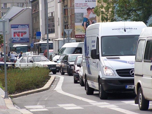 Nekonečně kolony aut a dlouhé čekání na křižovatkách, tak to nyní vypadá v přerovských ulicích.