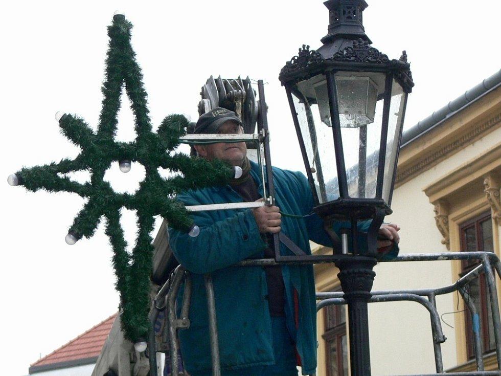 Instalace vánoční výzdoby v Hranicích