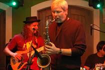 Významný jazzový svátek odstartoval koncert známého kontrabasisty P. J. Ryby a jeho kapely The Fish Men v přerovské restauraci Pivovar. Skupinu doprovodil na klavír také populární zpěvák a skladatel Michal David, který je podle svých slov stále jazzmanem.