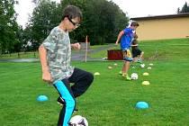 Trénink fotbalových žáků v Kelči pod taktovkou redaktora Deníku
